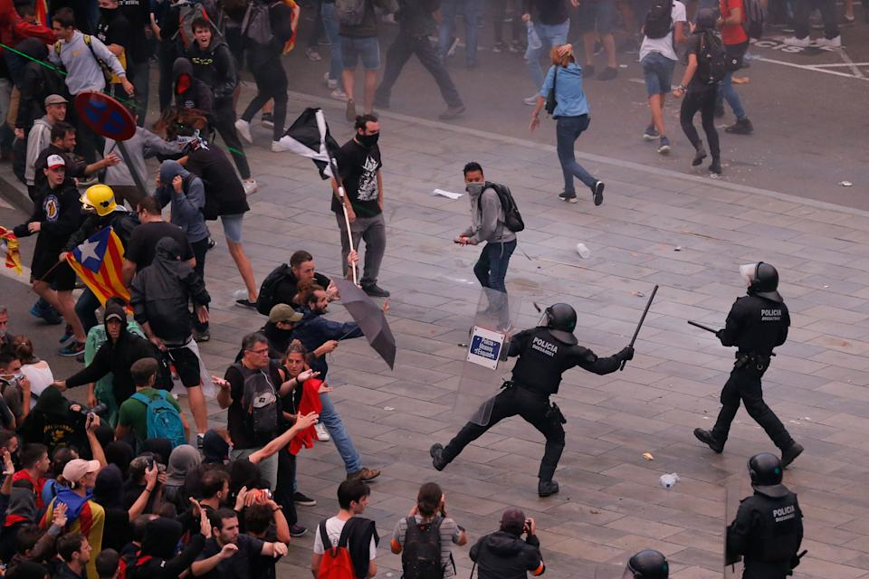 Los Mossos cargan contra los manifestantes (Photo by PAU BARRENA/AFP via Getty Images)