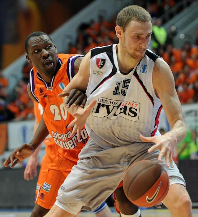 Valencia's Florent Pietrus (L) vies with Lietuvos Rytas's Mindaugas Katelynas during an Eurocup semi-final basketball match between Valencia and Lietuvos Rytas in Khimki, outside Moscow, on April 14, 2012. AFP PHOTO / KIRILL KUDRYAVTSEV