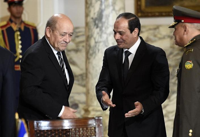 French Defence Minister Jean-Yves Le Drian (L) and Egyptian President Abdel Fattah al-Sisi (R) arrive for the signing of a contract for Rafale fighter jets on February 16, 2015 at the presidential palace in Cairo (AFP Photo/Martin Bureau)
