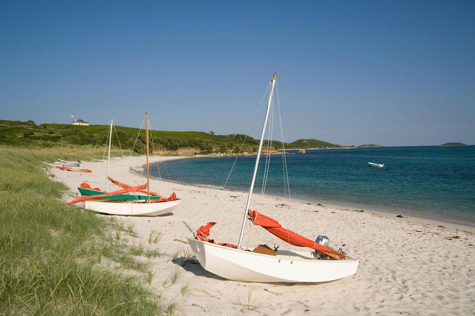 <p>A long and sandy scallop-shaped beach, Higher Town is backed by beautiful dunes. Inter-island boats land here and it's a dog-friendly option for beach lovers.</p>
