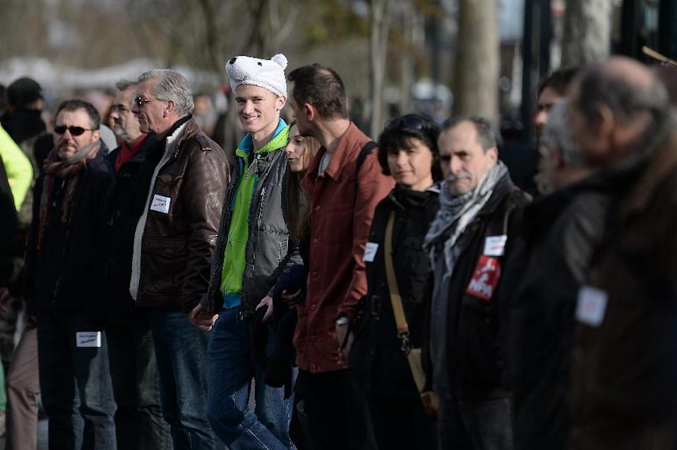 People form a human chain in Nantes on November 28, 2015 during a protest over the ban on public gatherings until November 30, the start of UN climate talks COP21 (AFP Photo/Jean-Sebastien Evrard)