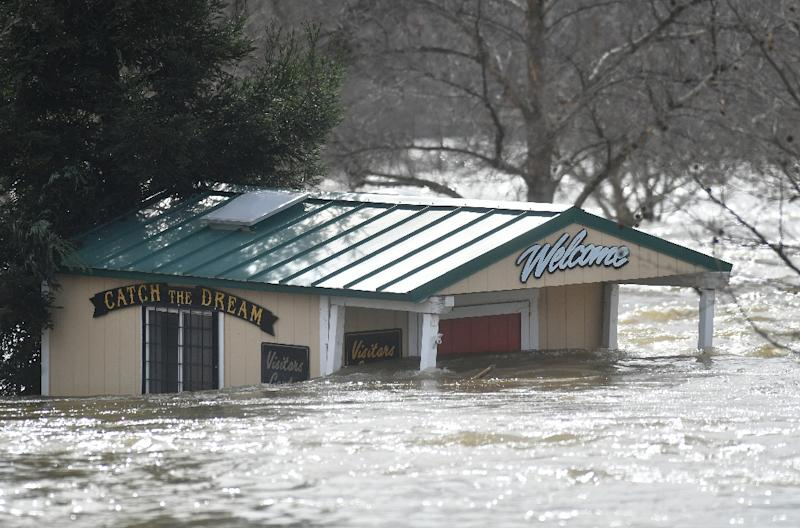A building is seen submerged in flowing water at Riverbend Park as the Oroville Dam releases water down the spillway as an emergency measure in Oroville, California on February 13, 2017 (AFP Photo/Josh Edelson)