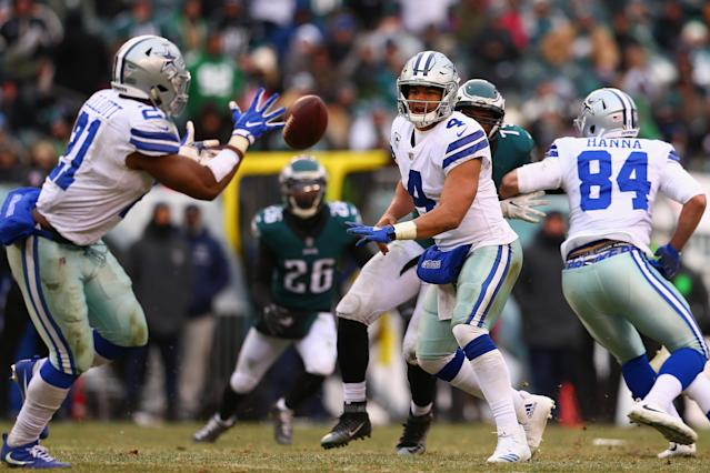 <p>Quarterback Dak Prescott #4 of the Dallas Cowboys passes to running back Ezekiel Elliott #21 against the Philadelphia Eagles during the second half of the game at Lincoln Financial Field on December 31, 2017 in Philadelphia, Pennsylvania. (Photo by Mitchell Leff/Getty Images) </p>