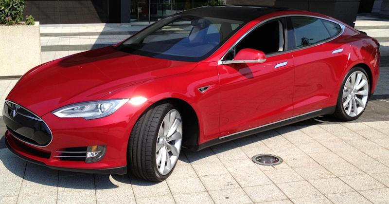 Tesla cars can now park themselves in your garage