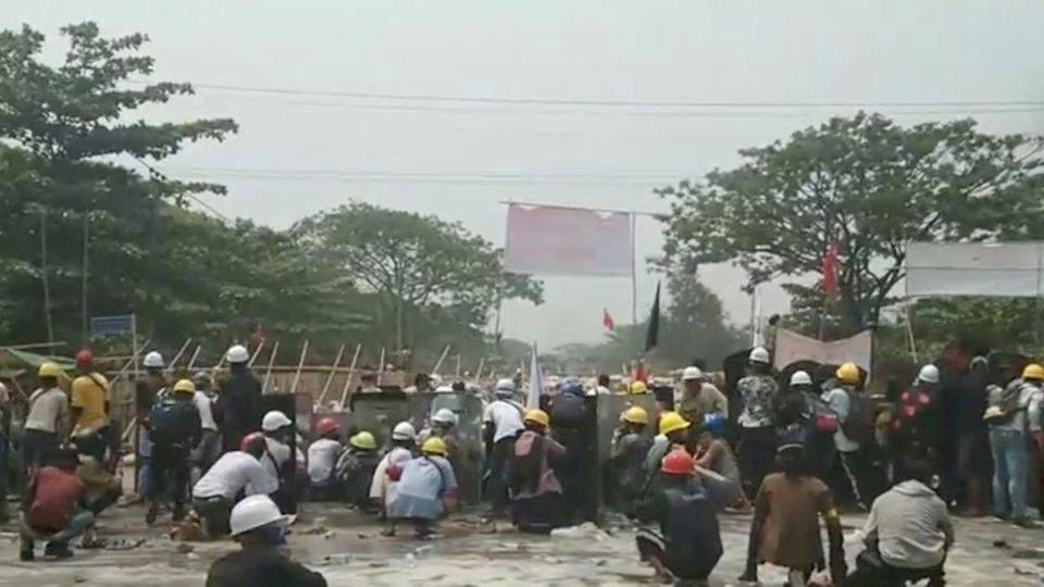 protesters face security ofrces in Hlaing Tharyar, 14 March