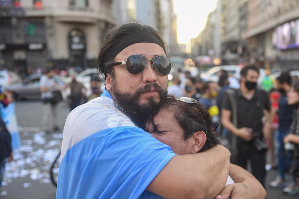 25 November 2020, Argentina, Buenos Aires: Fans mourn at the obelisk after the death of football star Diego Maradona in a suburb of Buenos Aires has died. Photo: Fernando Gens/dpa (Photo by Fernando Gens/picture alliance via Getty Images)