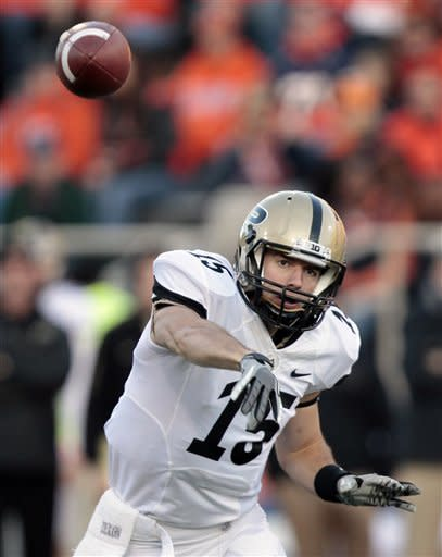Purdue's Rob Henry (15) passes the ball during the first half of an NCAA college football game against Illinois, Saturday, Nov. 17, 2012, in Champaign, Ill. (AP Photo/Stephen Haas)