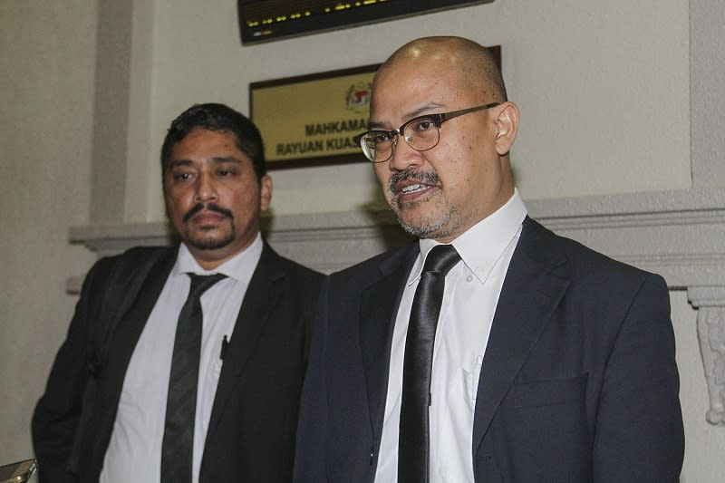 Senior federal counsel Shamsul Bolhassan (right) speaks to journalists outside the courtroom at KL High Court in Kuala Lumpur January 27, 2017.  — Picture by Yusof Mat Isa