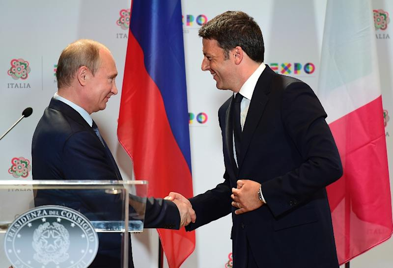 Russian President Vladimir Putin (left) shakes hands with Italian Prime Minister Matteo Renzi at the end of their press conference in Milan, on June 10, 2015 (AFP Photo/Olivier Morin)