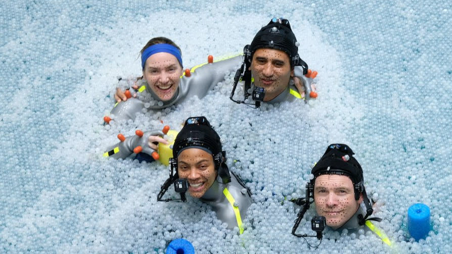 Kate Winslet, Zoe Saldana, Cliff Curtis and Sam Worthington take a break from filming 'Avatar 2'. (Credit: Twitter)