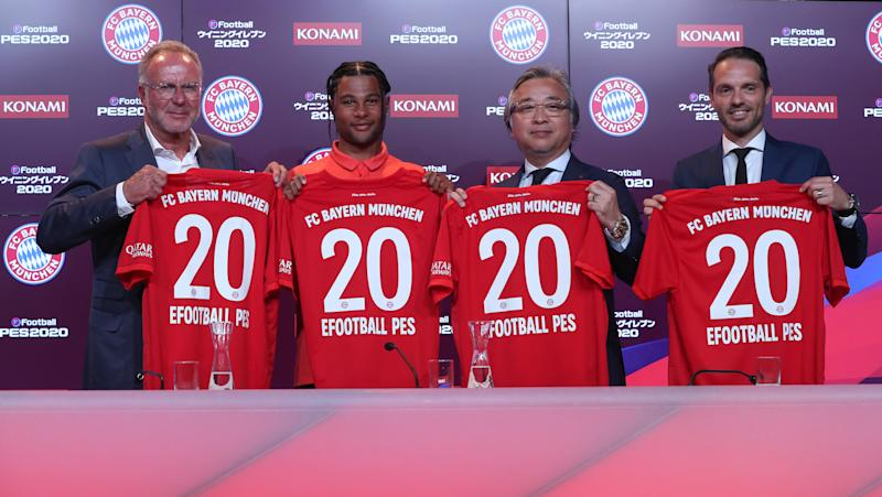 MUNICH, GERMANY - JULY 11: Serge Gnabry of FC Bayern Muenchen, CEO of FC Bayern Muenchen Karl-Heinz Rummenigge, president of Konami Digital Entertainment Masami Saso and Konami senior director brand & business development Jonas Lygaard (L-R) pose after a press conference to announce their partnership at Presseclub Allianz Arena on July 11, 2019 in Munich, Germany. (Photo by Alexandra Beier/Bongarts/Getty Images)