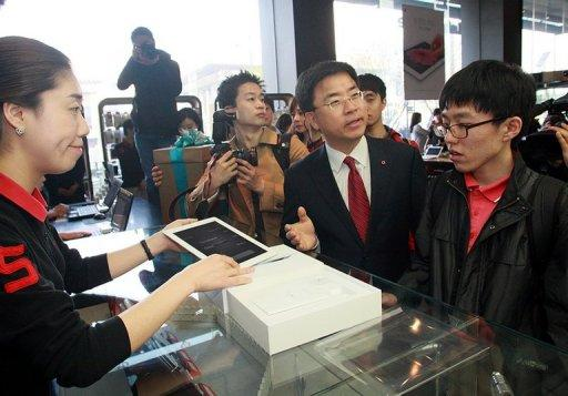 Student Lim Jun-Hong (R) slept overnight on the pavement in Seoul to be the first to get his hands on the new iPad