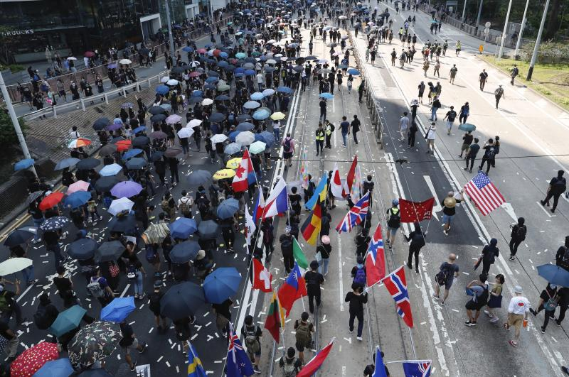 Anti-government protesters march past police headquarters in Hong Kong, Oct. 1, 2019. (Photo: Gemunu Amarasinghe/AP)