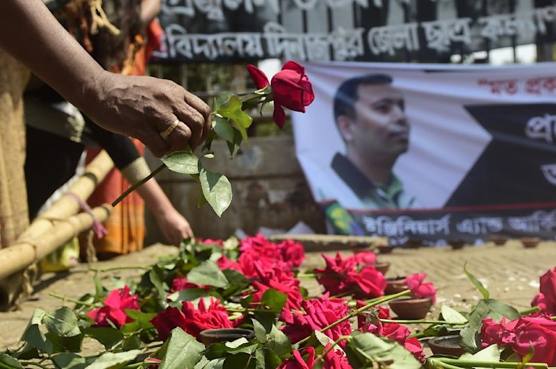 A social activist pays his respects to Avijit Roy, slain US blogger of Bangladeshi origin and founder of the Mukto-Mona (Free-mind) blog site, in Dhaka on March 6, 2015 (AFP Photo/Munir Uz Zaman)
