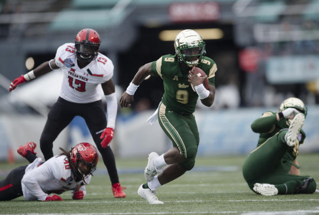 "South Florida quarterback <a class=""link rapid-noclick-resp"" href=""/ncaaf/players/245945/"" data-ylk=""slk:Quinton Flowers"">Quinton Flowers</a> (C) runs downfield during the first half the Birmingham Bowl NCAA college football game, Saturday, Dec. 23, 2017 in Birmingham, Ala. (AP Photo/Albert Cesare)"