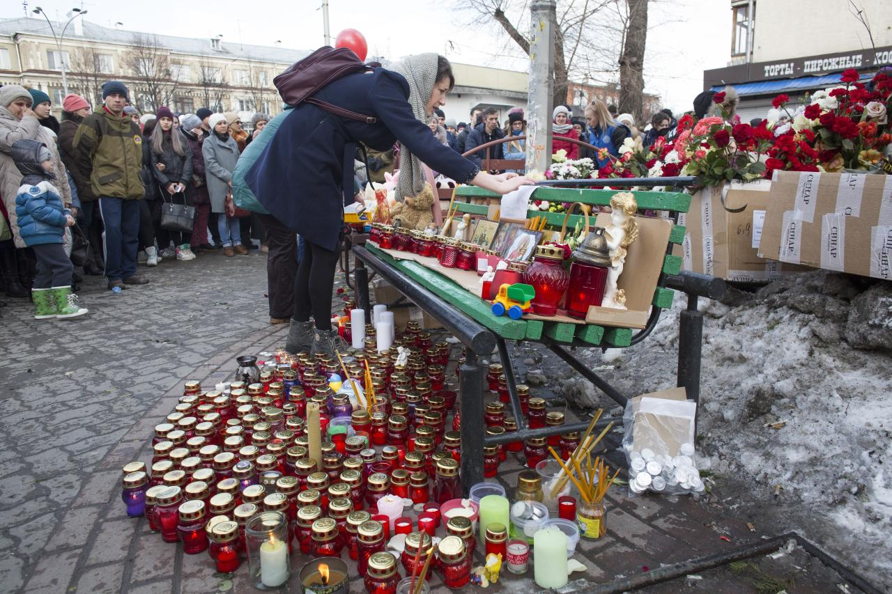 <p>People lay flowers and candles for the victims of a fire in a multistory shopping center in the Siberian city of Kemerovo, about 3,000 kilometers (1,900 miles) east of Moscow, March 26, 2018. (Photo: Sergei Gavrilenko/AP) </p>