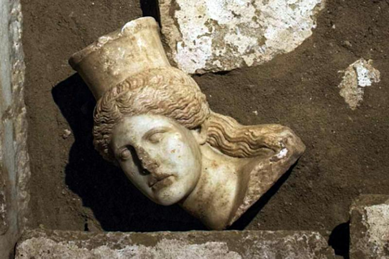 A sphinx discovered in the largest tomb ever unearthed in Amphipolis, in the Macedonian region of northern Greece, on October 21, 2014 (AFP Photo/-)