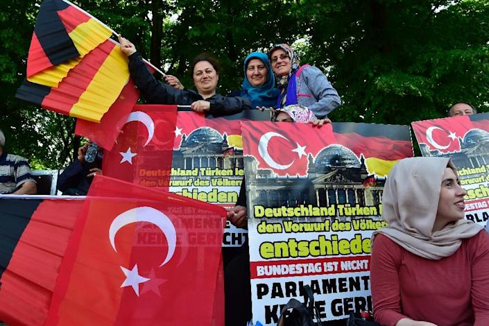 Demonstrators wave Turkish and German flags during a protest in Berlin against the planned resolution by German lawmakers on the WW1 massacre of Armenians (AFP Photo/John MacDougall)