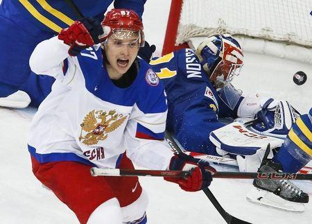 Russia's Vadim Shipachyov (L) celebrates a goal of team mate Sergei Plotnikov (unseen) against Sweden during the first period of their men's ice hockey World Championship semi-final game at Minsk Arena in Minsk May 24, 2014. REUTERS/Alexander Demianchuk