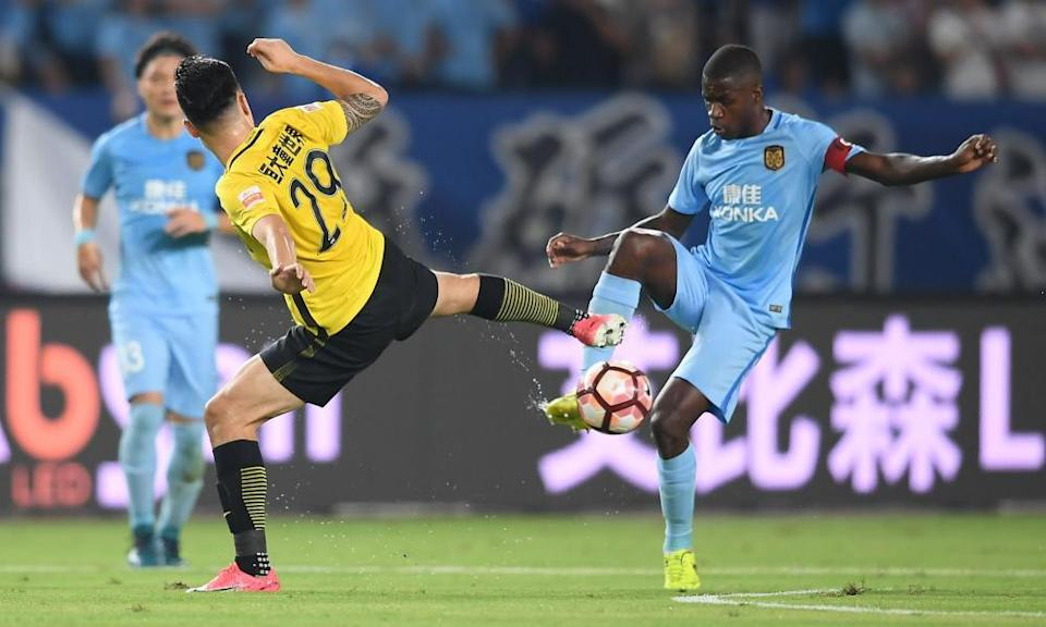 Ramires playing for Jiangsu Suning against Guangzhou Evergrande in 2017