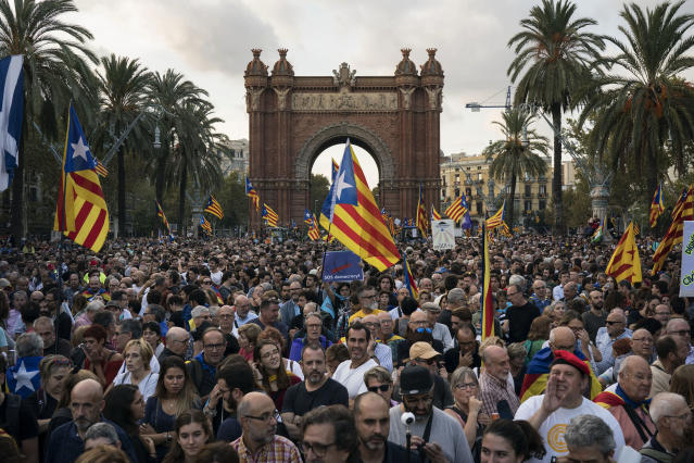 Pro-independence supporters at a rally near the Parliament in Barcelona. (Photo: Felipe Dana/AP)
