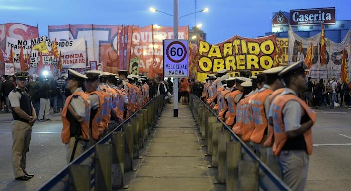 Demonstrators of leftist parties block the Pueyrredon bridge in Buenos Aires on March 31, 2014, during a transport strike in Argentina (AFP Photo/Juan Mabromata)