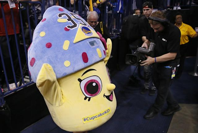 "A young Thunder fan wears a cupcake costume before an NBA basketball game between the <a class=""link rapid-noclick-resp"" href=""/nba/teams/gsw/"" data-ylk=""slk:Golden State Warriors"">Golden State Warriors</a> and the <a class=""link rapid-noclick-resp"" href=""/nba/teams/okc/"" data-ylk=""slk:Oklahoma City Thunder"">Oklahoma City Thunder</a> in Oklahoma City, Saturday, Feb. 11, 2017. (AP/Sue Ogrocki)"
