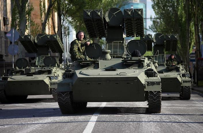 Armed pro-Russian rebels of the self-proclaimed Donetsk People's Republic sit atop their armoured personnel carriers in Donetsk on May 5, 2015 (AFP Photo/Aleksei Filippov)