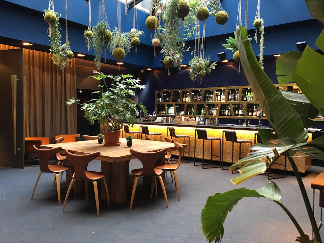 15 of the most beautiful hotel lobbies in the world for Tropical hotel decor