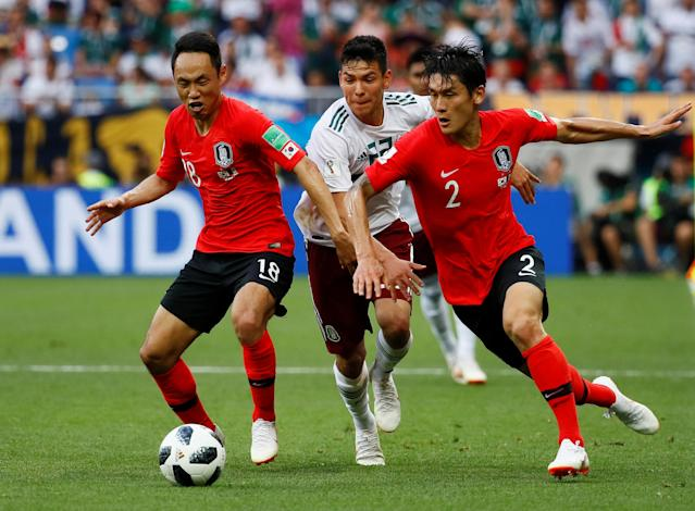 Soccer Football - World Cup - Group F - South Korea vs Mexico - Rostov Arena, Rostov-on-Don, Russia - June 23, 2018 Mexico's Hirving Lozano in action with South Korea's Lee Yong and Moon Seon-min REUTERS/Jason Cairnduff