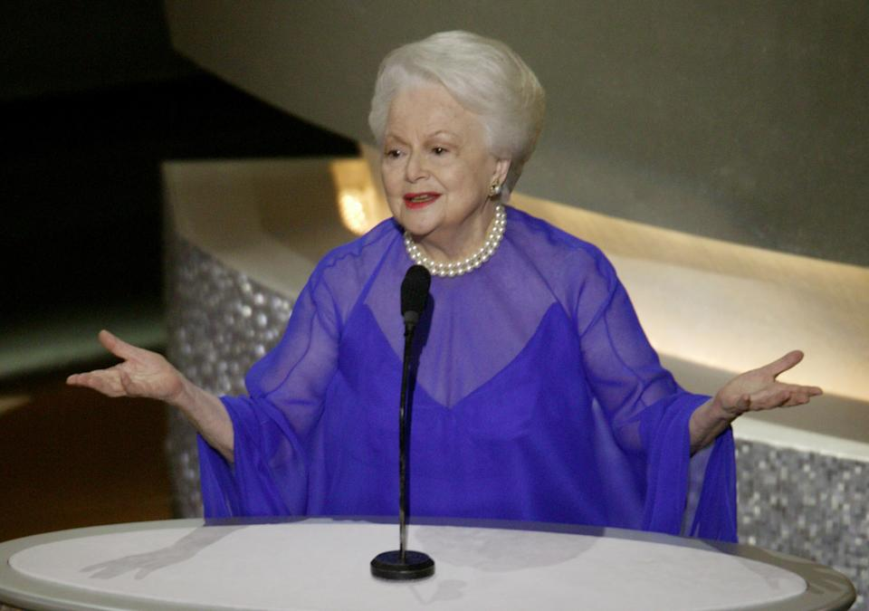 Actress Olivia de Havilland, seen at the 2003 Oscars, has died at age 104. (Photo: REUTERS/Mike Blake)