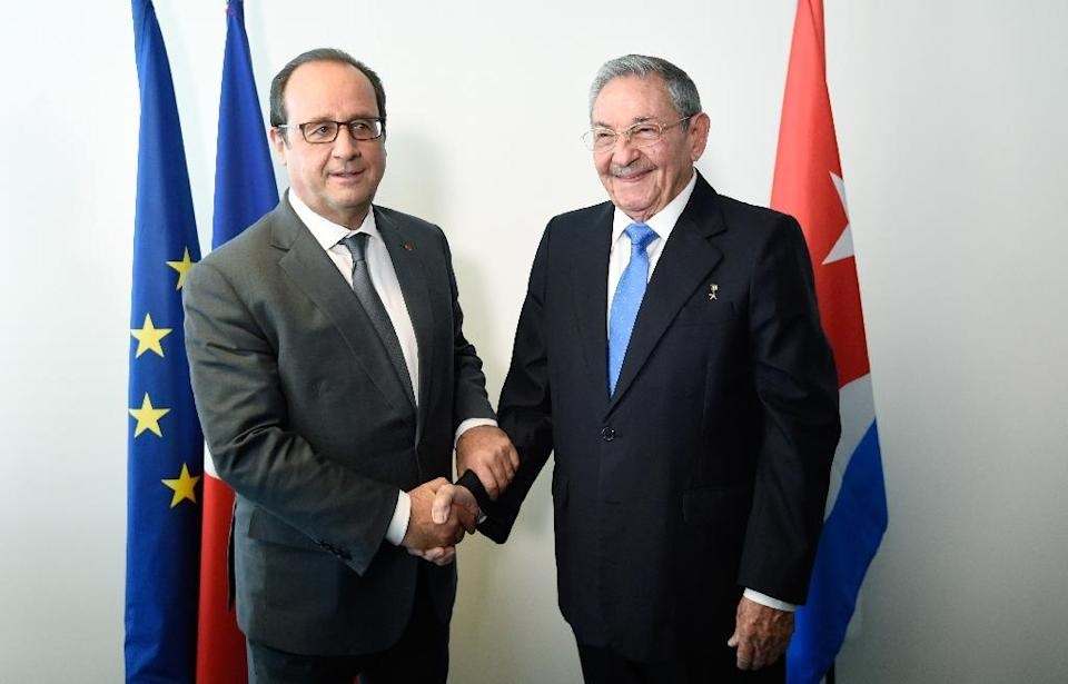 French president Francois Hollande meets with his cuban counterpart Raul Castro, as part of the 70th UN assembly, on September 28, in New York (AFP Photo/Alain Jocard)