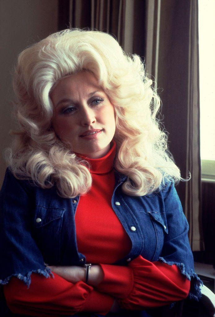 <p>With her signature big blonde wig and perfectly made up face, Dolly relaxes in a Chicago Holiday Inn.</p>