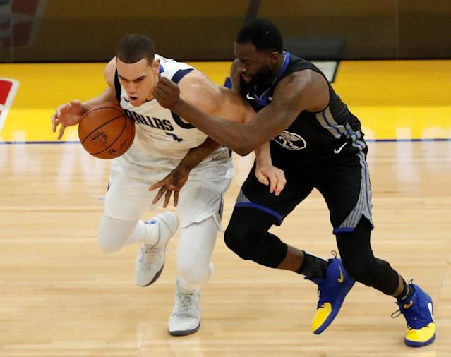 San Francisco (United States), 15/01/2020.- Dallas Mavericks forward Dwight Powell (L) in action while drawing a foul by Golden State Warriors forward Draymond Green (R) during the first half of the NBA basketball game between the Dallas Mavericks and the Golden State Warriors at Chase Center in San Francisco, California, USA, 14 January 2020. (Baloncesto, Estados Unidos) EFE/EPA/JOHN G. MABANGLO SHUTTERSTOCK OUT