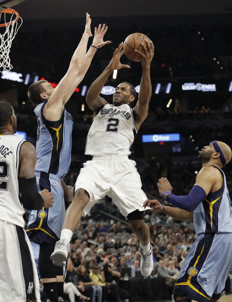 Leonard has 32 points, Spurs rout Grizzlies 111-82 in Game 1