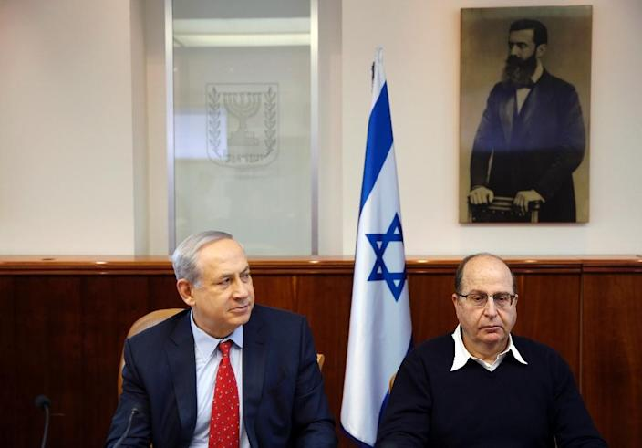 Israeli Prime Minister Benjamin Netanyahu and Defense Minister Moshe Yaalon (R) attend a weekly cabinet meeting at PM's office in Jerusalem (AFP Photo/Ronen Zvulun)