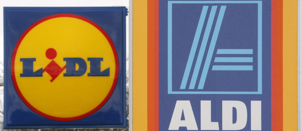 Logos of discount supermarket chains Lidl and Aldi are pictured in Kehl March 28, 2009. REUTERS/Christian Hartmann  (GERMANY BUSINESS)