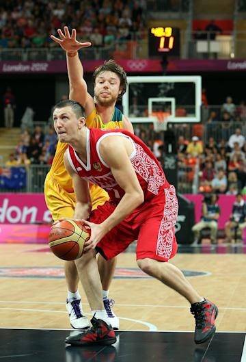 Vitaliy Fridzon and Matt Dellavedova during the Men's Basketball Preliminary Round (Getty Images)