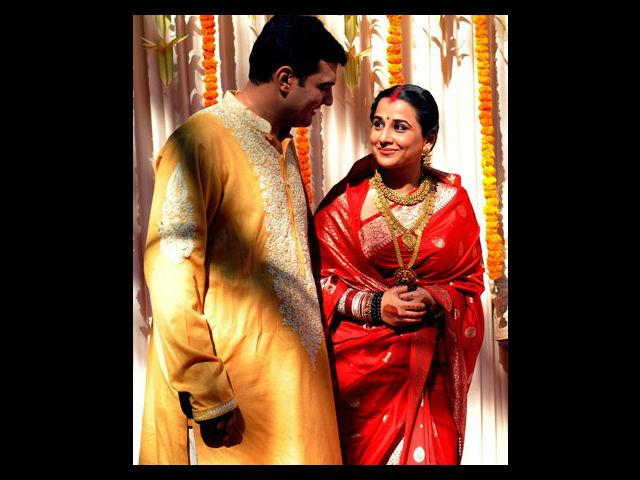 After the wedding, she changed into a red colour Sabyasachi sari and the Punjabi-chooda (bangles). Siddharth wore an elegant white and yellow kurta with Kolhapuri slippers.