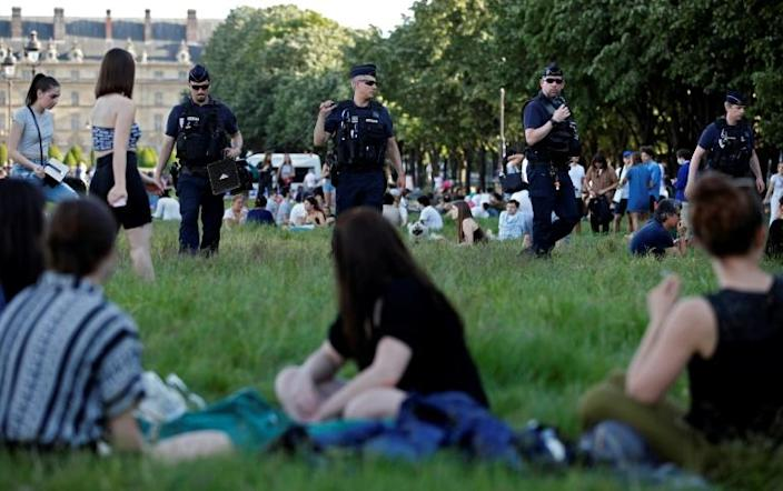 The police have been forced to clear the huge open lawns in front of Les Invalides in central Paris of picnickers twice in two days (AFP Photo/THOMAS COEX)
