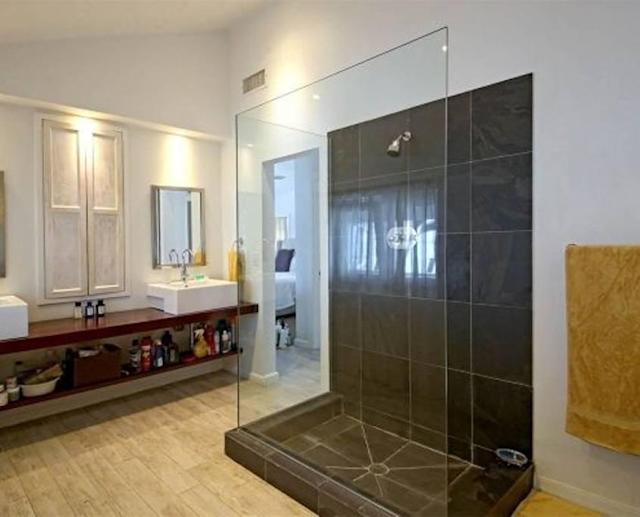 <p>The property features 3.5 bathrooms.<br>(Airbnb) </p>