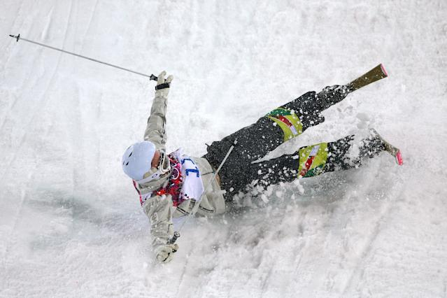 SOCHI, RUSSIA - FEBRUARY 10: Dale Begg-Smith of Australia crashes out in the Men's Moguls Qualification on day three of the Sochi 2014 Winter Olympics at Rosa Khutor Extreme Park on February 10, 2014 in Sochi, Russia. (Photo by Cameron Spencer/Getty Images)