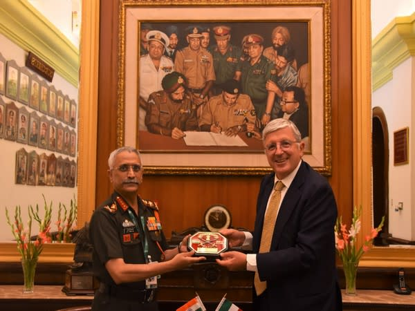 Indian Army Chief General MM Naravane and Ambassador of Italy to India Vincenzo De Luca in New Delhi. Photo Courtesy: Twitter/adgpi