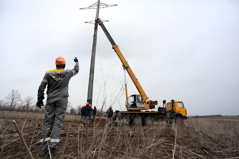 Workers repair power lines damaged by shelling between Ukrainian forces and the Russian-backed rebels near the government-held town Avdiivka, Donetsk region, on March 27, 2017 (AFP Photo/Aleksey FILIPPOV)