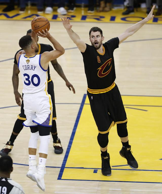 <p>JGM03. Oakland (United States), 04/06/2017.- Golden State Warriors guard Stephen Curry (L) shoots over Cleveland Cavaliers forward Kevin Love (R) during the second half of game two of the NBA Finals basketball game at Oracle Arena in Oakland, California, USA, 04 June 2017. (Baloncesto, Estados Unidos) EFE/EPA/JOHN G. MABANGLO </p>