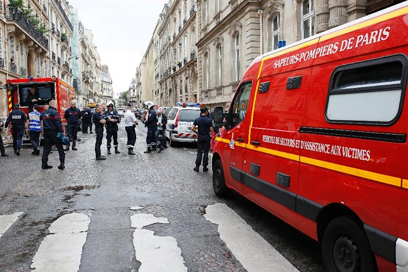 Vehicles of firefigthers are parked near the Parc Monceau on May 28, 2016 in Paris, after eleven people including 10 children were struck by lightning in the park (AFP Photo/Matthier Alexandre)