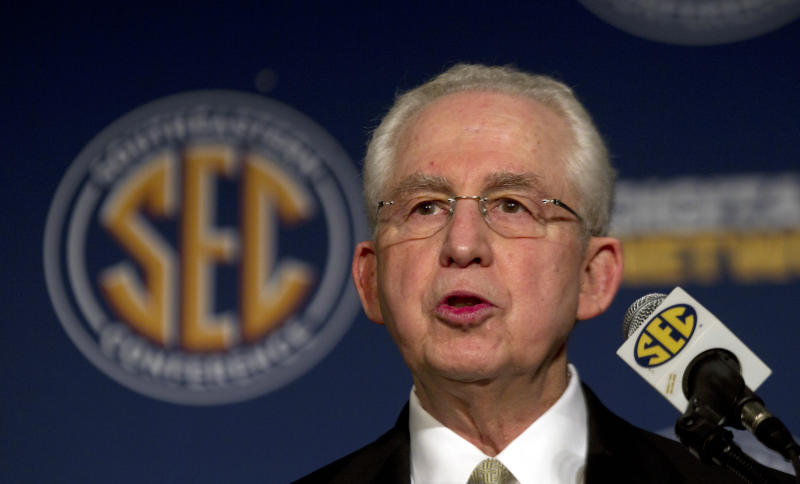 Internet reacts to passing of former SEC commissioner Mike Slive