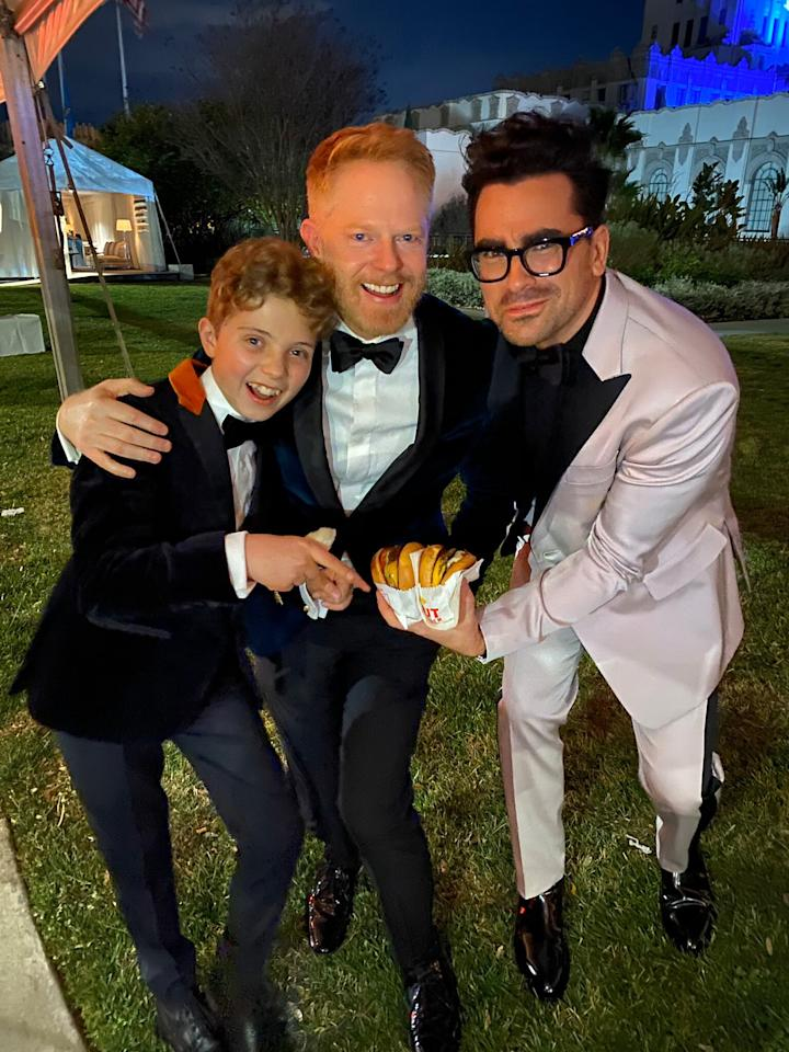 """Following the Academy Awards ceremony, the <em>Jojo Rabbit, Modern Family </em>and<em> Schitt's Creek</em> stars huddled around the good stuff at the 2020 <em>Vanity Fair</em> Oscar Party. """"Everything about this photo is perfect,"""" Levy <a href=""""https://twitter.com/danjlevy/status/1226791924855496704"""">wrote on Twitter</a> about the trio's burger snack."""