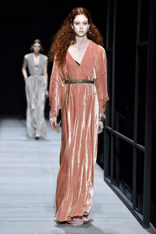 <p>A blush-pink velvet dress and belt at the Bottega Veneta FW18 show. (Photo: Getty) </p>