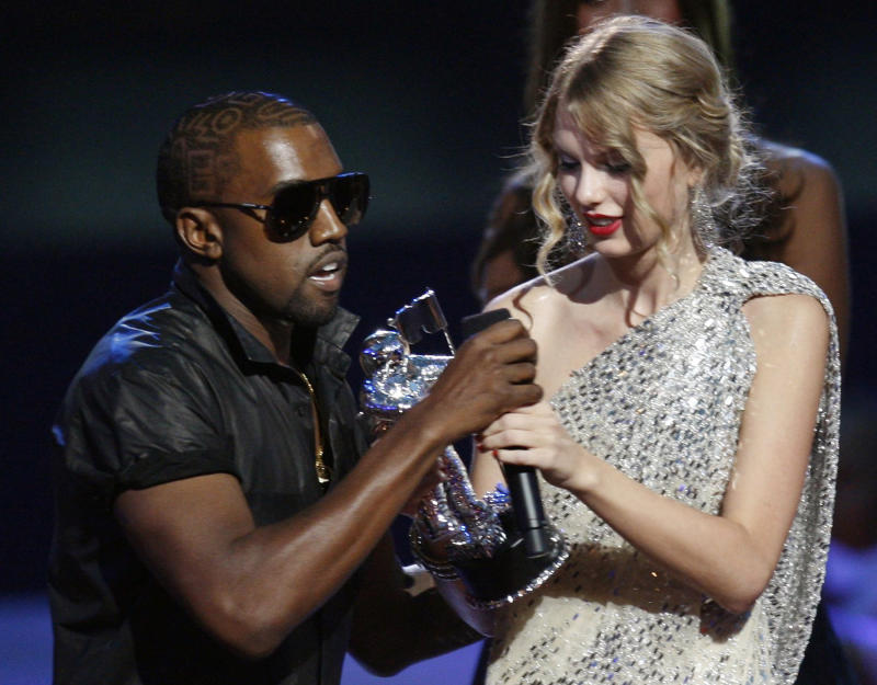Kanye West takes the microphone from best female video winner Taylor Swift as he praises the video entry from Beyonce at the 2009 MTV Video Music Awards in New York, September 13, 2009. REUTERS/Gary Hershorn (UNITED STATES ENTERTAINMENT IMAGES OF THE DAY)